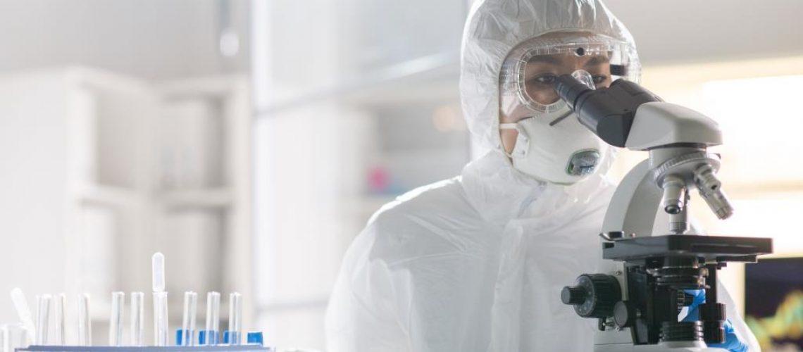 testing-virus-sample-in-laboratory-9YCNAXJ